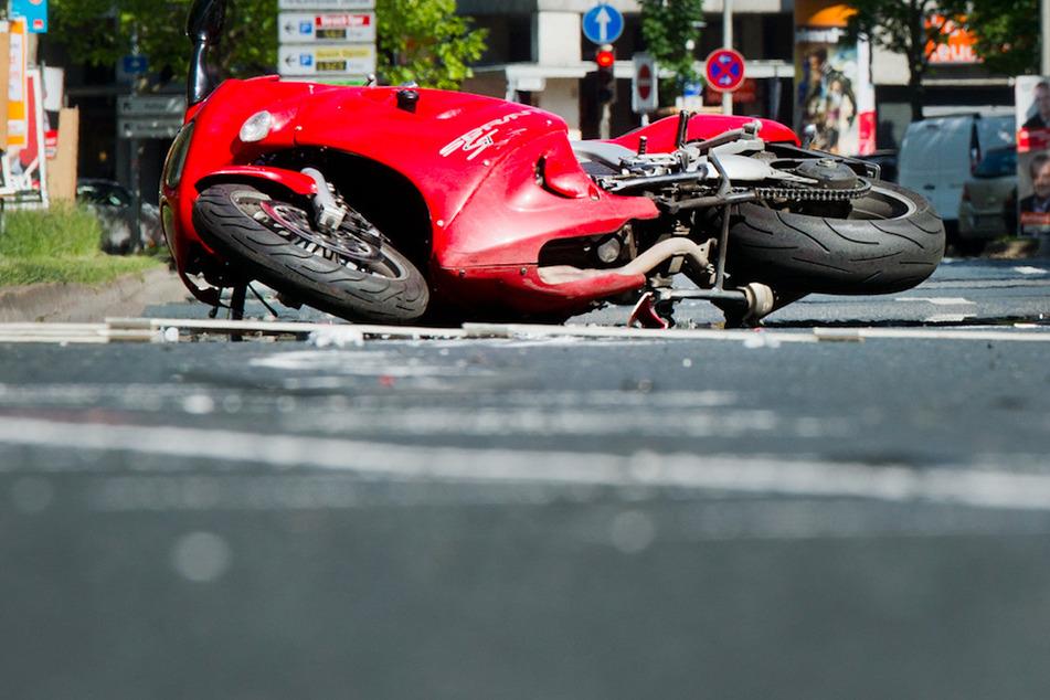Ein Motorradfahrer wurde beim Zusammenstoß mit einem Auto tödlich verletzt. (Symbolbild)