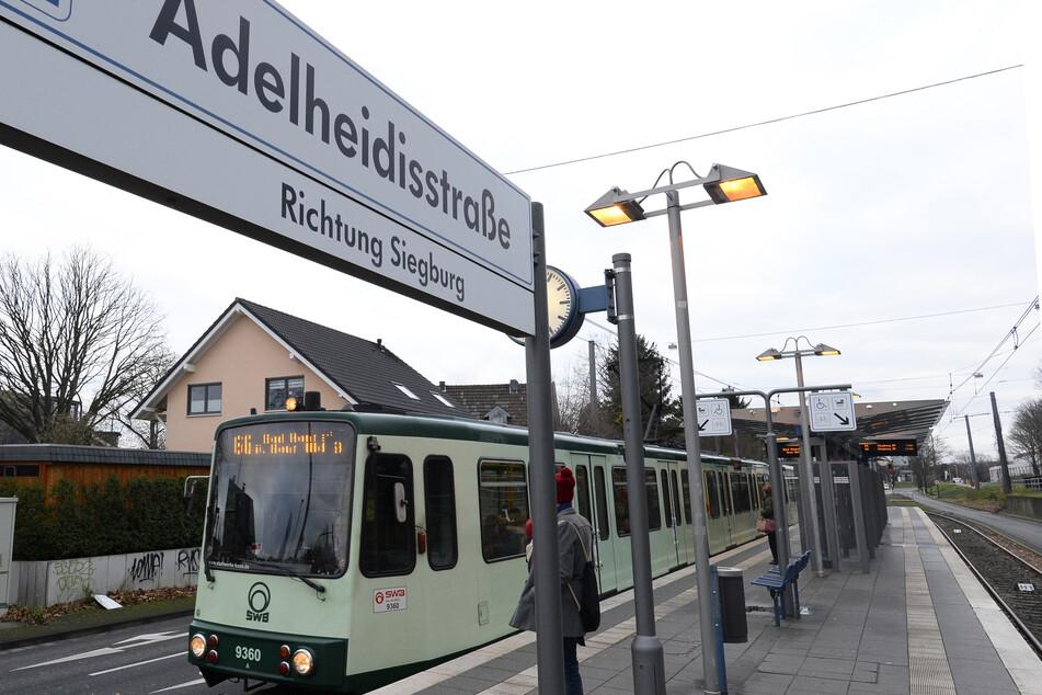 Heftiger Unfall: Mann überquert Gleise und wird von Straßenbahn erfasst