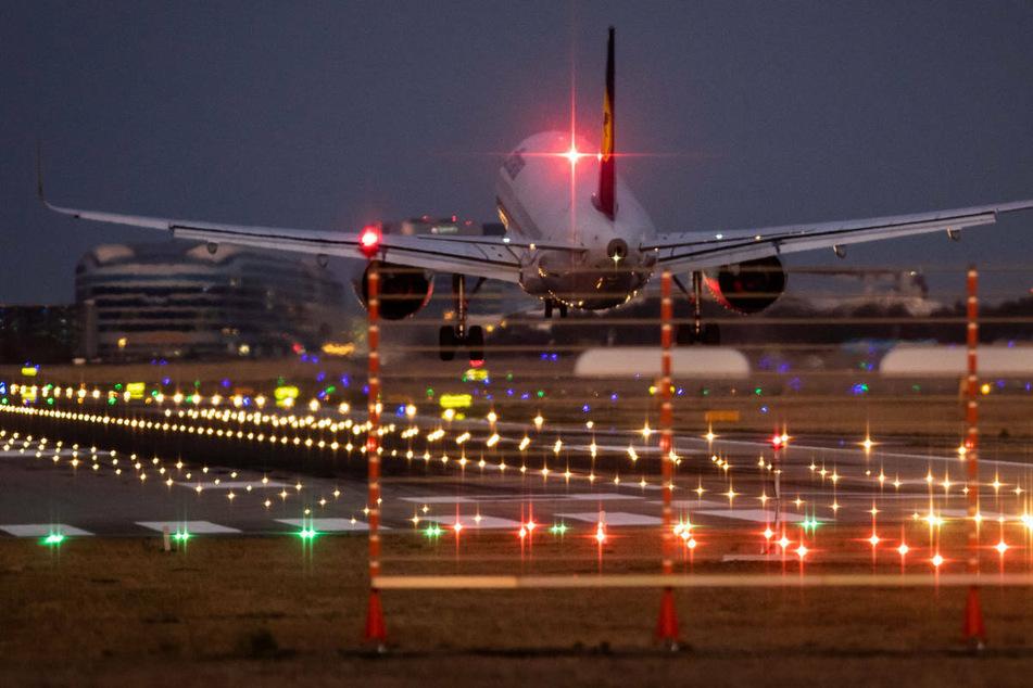 Ein Flugzeug landet auf dem Frankfurter Flughafen.
