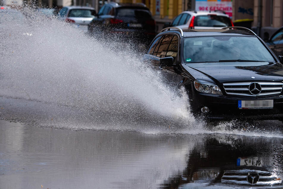 Nach einem Starkregenschauer stand am Dienstag in Chemnitz die Limbacher Straße unter Wasser.