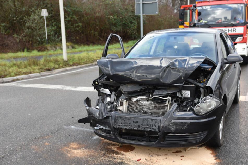Heftiger Unfall: Retter müssen Auto aufschneiden, um Fahrer (82) zu befreien