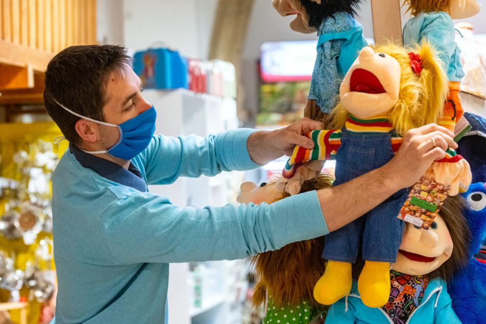 Alex Selmair arbeitet kurz vor der Öffnung in seinem Spielzeugladen.