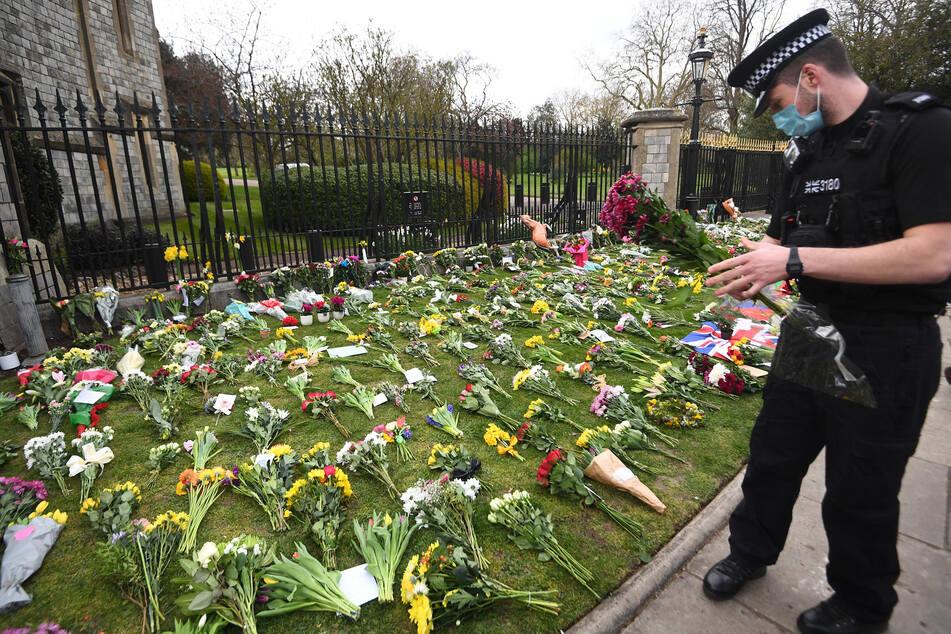 Coronavirus: Trotz Covid-Regeln legen Menschen Blumen an Schloss Windsor nieder