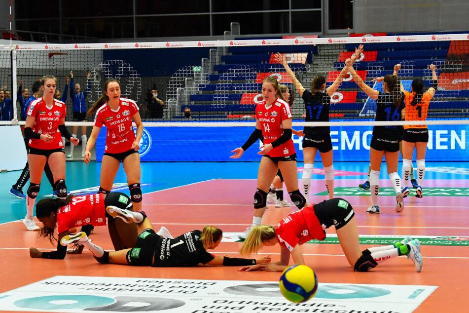 Stark gekämpft, aber verloren: Die DSC-Mädels versuchten jeden Ball zu bekommen, schmissen sich teilweise zu dritt auf den Boden, um den Einschlag zu verhindern, aber oft jubelten wie hier im Hintergrund die Stuttgarterinnen.