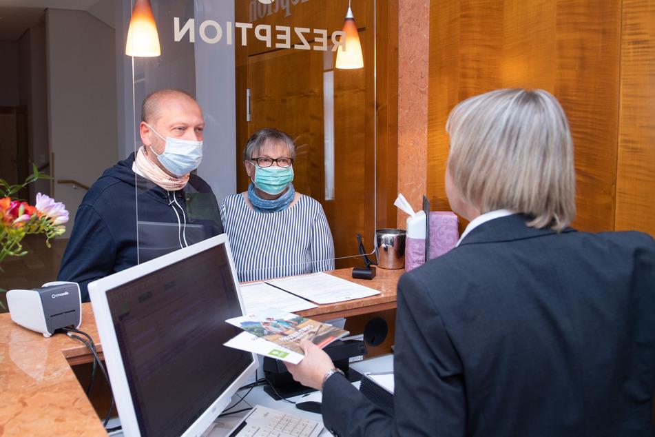 """Ohne Touristen geht auch für sächsische Hoteliers nichts. Hier ein Check-In im """"Parkhotel Bad Schandau""""."""