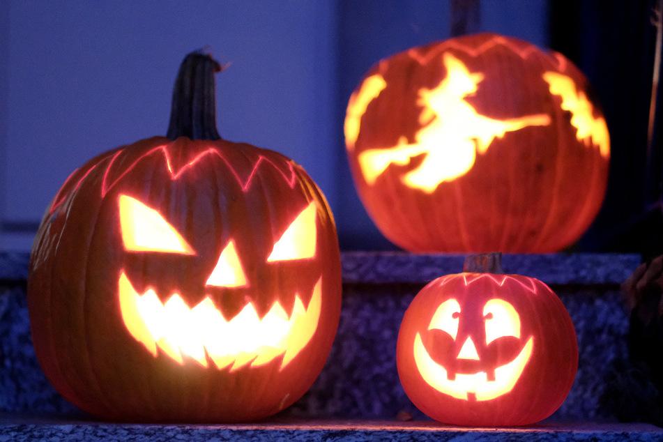 Polizei und Gesundheitsämter warnen davor, in diesem Jahr an Halloween von Tür zu Tür zu gehen und nach Süßigkeiten zu fragen.