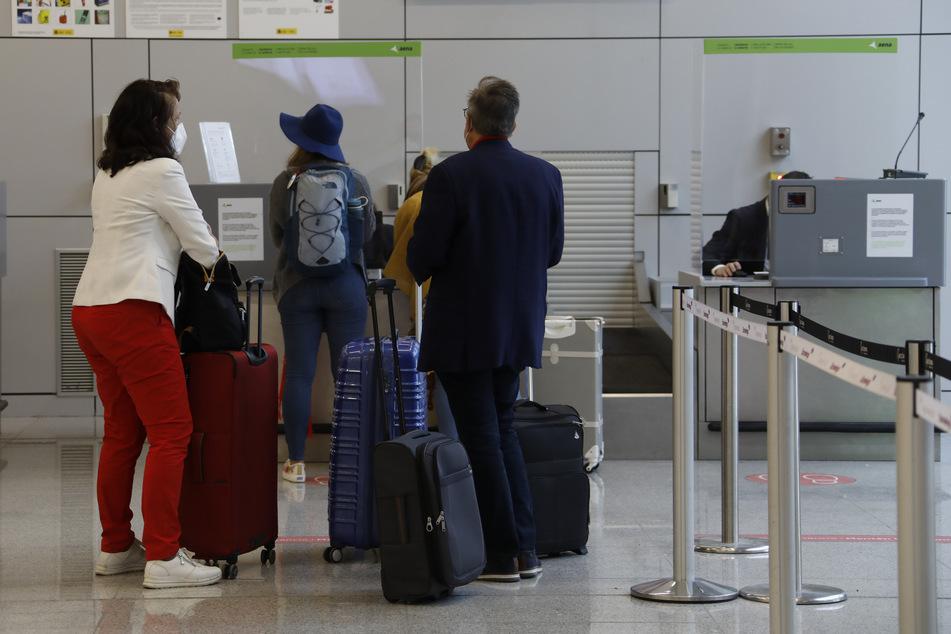 Kommen auf Reiserückkehrer demnächst strengere Corona-Regeln und -Pflichten zu?