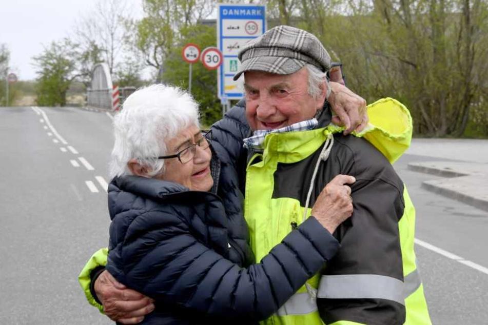 Inga Rasmussen aus Dänemark (85) und Karsten Tüchsen Hansen (89) aus Nordfriesland umarmen sich an der deutsch-dänischen Grenze.