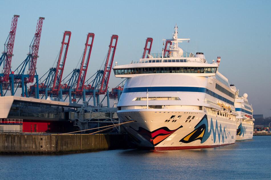 """Hamburg: Die beiden Aida-Schiffe """"Aidaaura"""" und """"Aidacara"""" (r) liegen am Kreuzfahrt-Terminal Steinwerder. Die Kreuzfahrtreederei Aida Cruises hat ihre Fahrten bis Ende August abgesagt."""