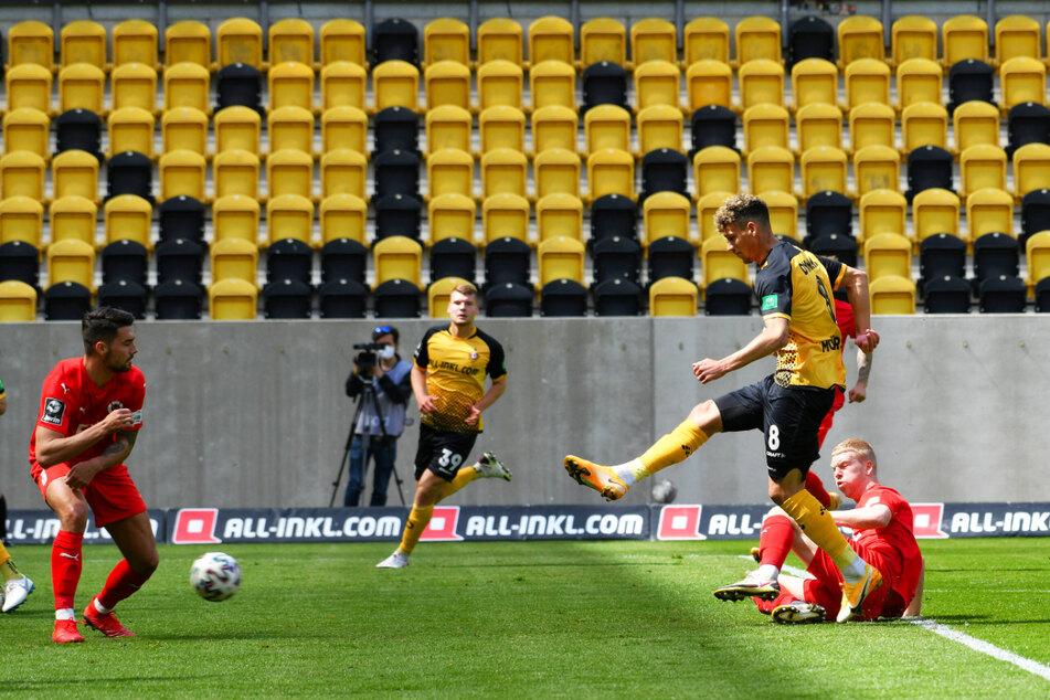 Heinz Mörschel (23, 2.v.r.) zieht ab und trifft zum 1:0 für Dynamo gegen Viktoria Köln.