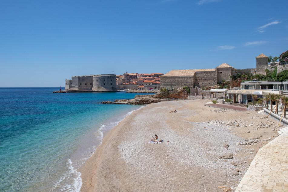 Dubrovnik: Vier Personen sonnen sich an einem Strand in Dubrovnik.