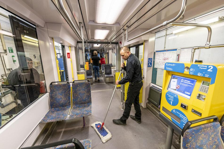 Objektleiter Ralf Röderer (39) von Veolia wischt im Betriebshof Adelsberg den Boden einer Vario-Bahn.