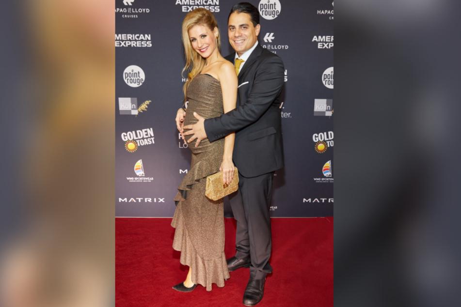 """Die schwangere Stefanie und Freund Silva posieren im November 2019 bei einem Event im Hotel """"Atlantic"""" auf dem roten Teppich."""