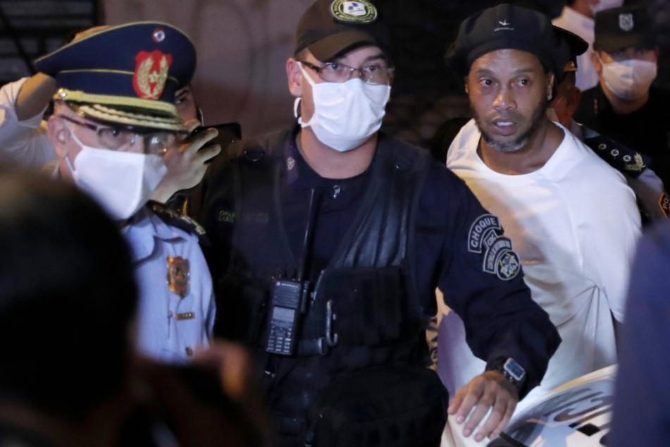 Überraschend ist Ronaldinho aus der Haft in Paraguay in den Hausarrest entlassen worden.