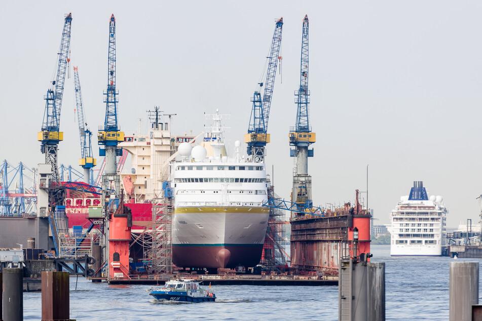 Das Kreuzfahrtschiff MS Hamburg im Schwimmdock einer Hamburger Werft. (Archivbild)