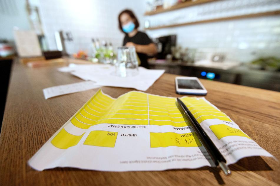 In Restaurants müssen Gäste wegen Corona Besuchslisten ausfüllen.