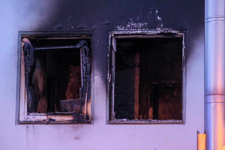 Durch die Druckwelle der Explosion wurde ein Fenster aus der Verankerung gerissen und auf die gegenüberliegende Straßenseite geschleudert.