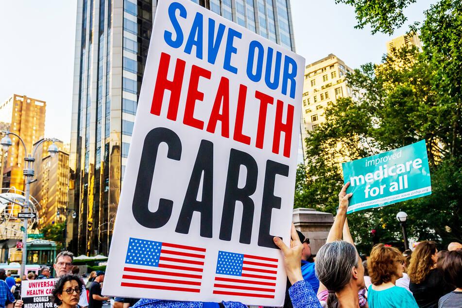 """Demonstranten protestierten im Juni 2017 in New York gegen die """"TrumpCare"""" genannte Reform der Gesundheitsversorgung in den USA."""