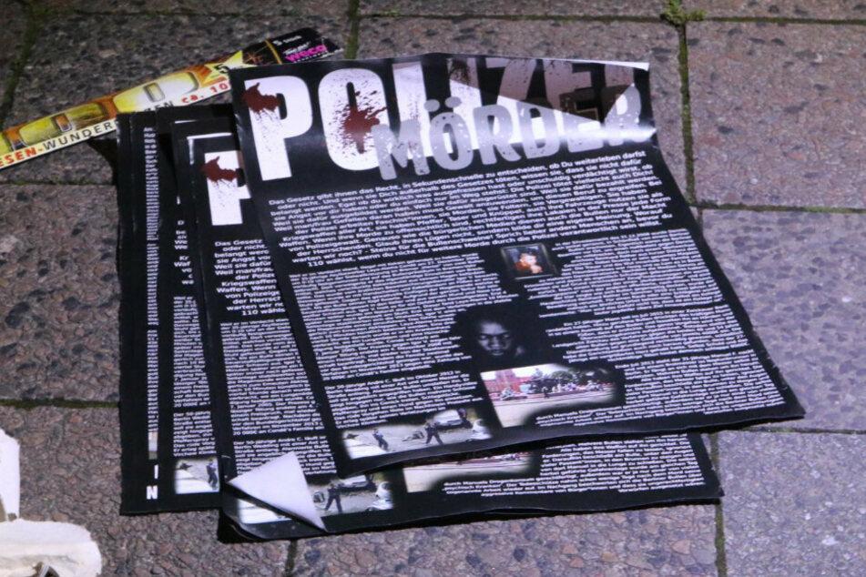 Auf Plakaten werden Polizisten unter anderem als Mörder bezeichnet.