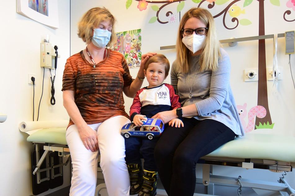 Diabetes unter Kontrolle: Daniel Fakturovych (zweieinhalb, M.) mit Mutti Valeria Prishva (33, r.) und Diabetologin Dr. Andrea Näke.