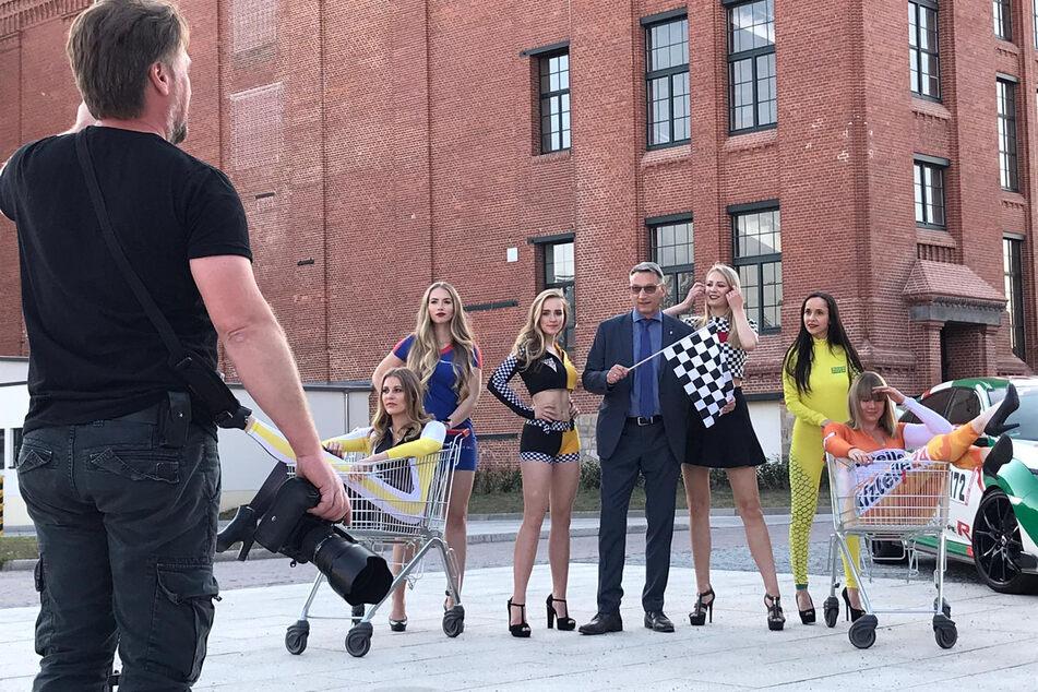 An der Alten Baumwolle in Flöha bereiten sich die Grid-Girls auf das Einkaufswagen-Rennen vor. Wann es im Motorsport weiter geht, steht noch in den Sternen.