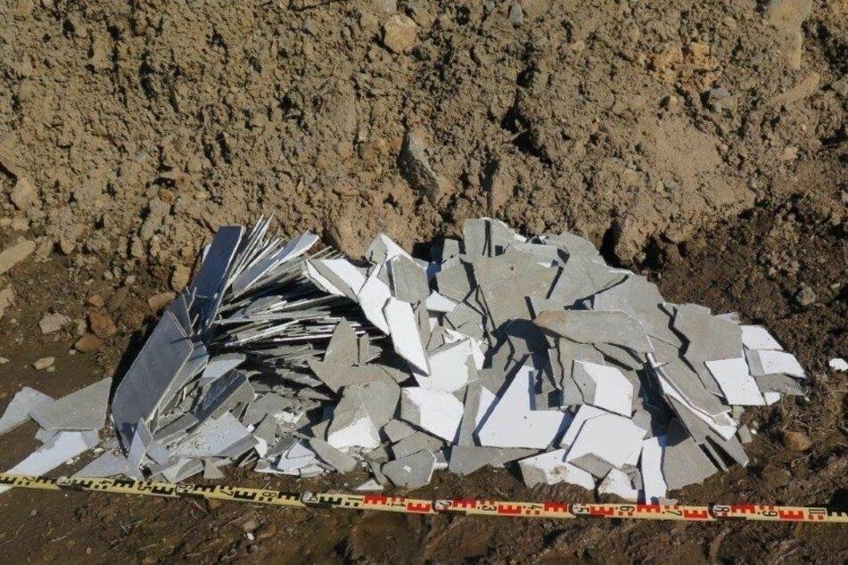 Illegal Asbest entsorgt! Unbekannte laden Müll an Baustelle im Erzgebirge ab