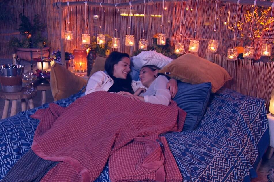 Am Abend kommen sich die Turteltauben auf einem Balkon-Bett näher und verbringen danach die Nacht miteinander.