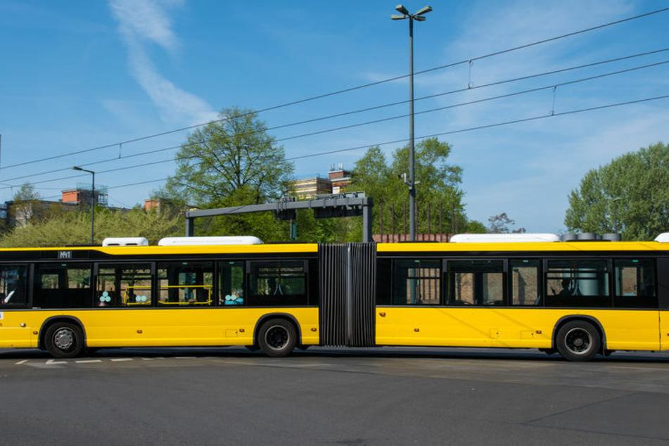 Ein Bus streifte einen alten Mann beim Wenden. (Symbolbild)