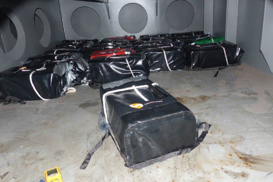 Drogenfahnder finden säckeweise Kokain in Geheimraum auf Frachter