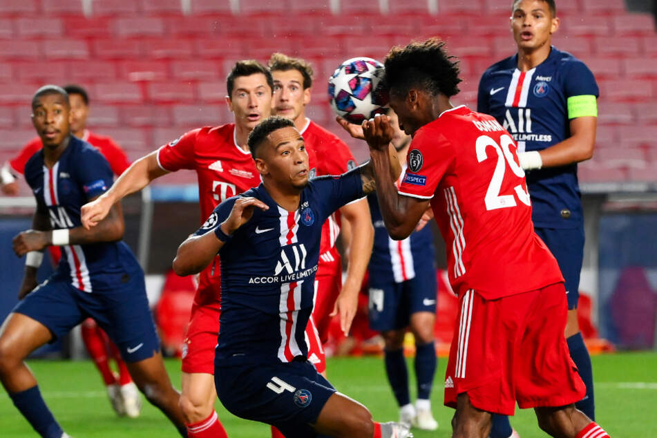 The crowning achievement: Kingsley Coman (2nd from r.) headed FC Bayern Munich into a 1-0 lead.
