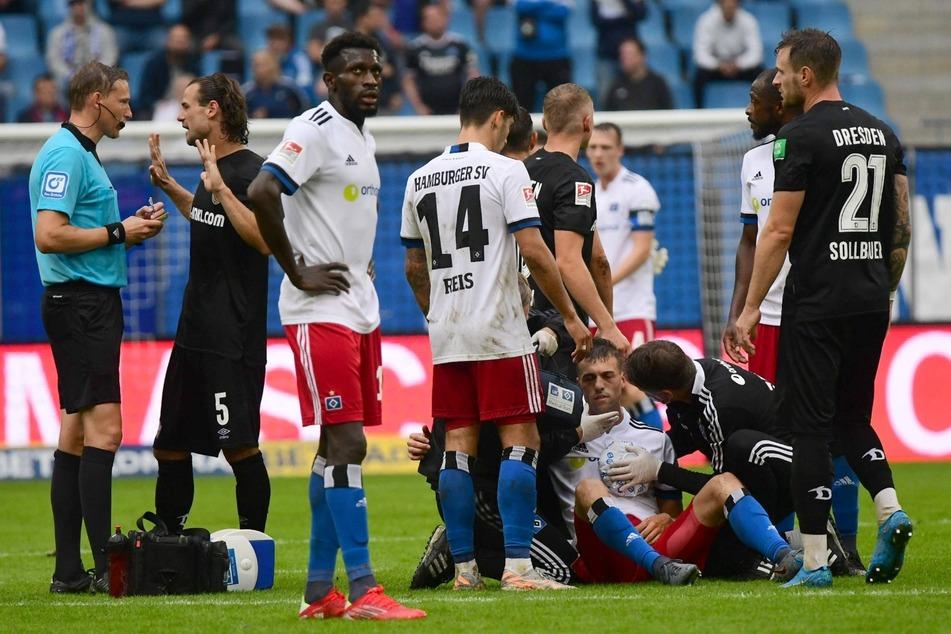 HSV-Sechser Jonas Meffert (26, am Boden) wird von der medizinischen Abteilung behandelt. Zuvor war er kopfüber auf den Rasen geknallt.
