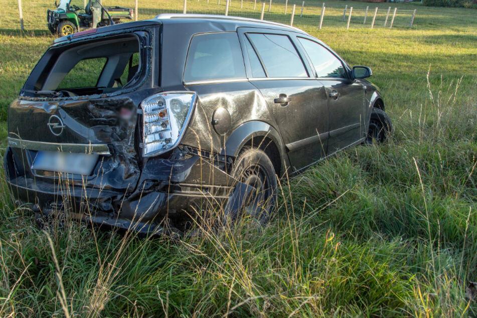Der Opel kam nach dem Zusammenstoß auf einer Wiese zum Stehen.