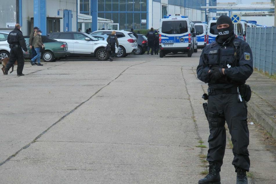 Ein Beamter der Bundespolizei sichert den Eingang des betroffenen Gewerbehofs.