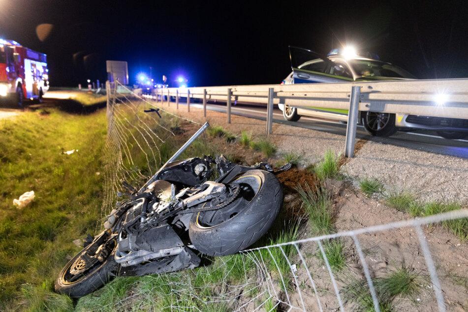 Das Motorrad des Verstorbenen liegt in einem Wildschutzzaun neben der Fahrbahn.