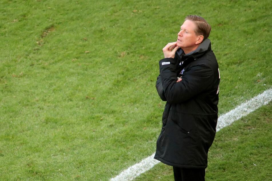 Kölns Trainer Markus Gisdol (51) steht während des Spiels gegen Borussia Dortmund am Spielfeldrand.
