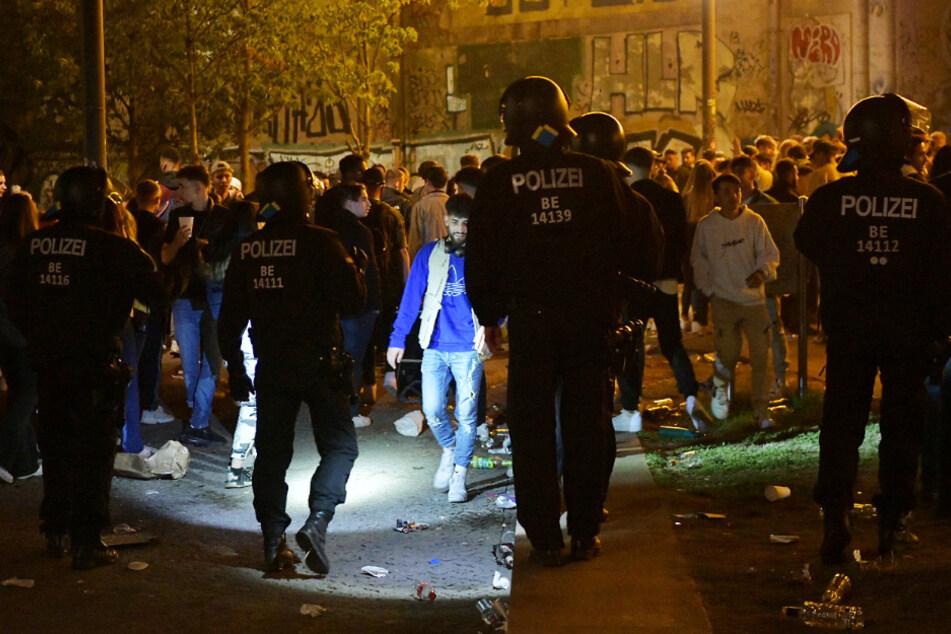 Bis zu 600 Feierwütige ohne Abstand: Ausschreitungen nach illegaler Corona-Party