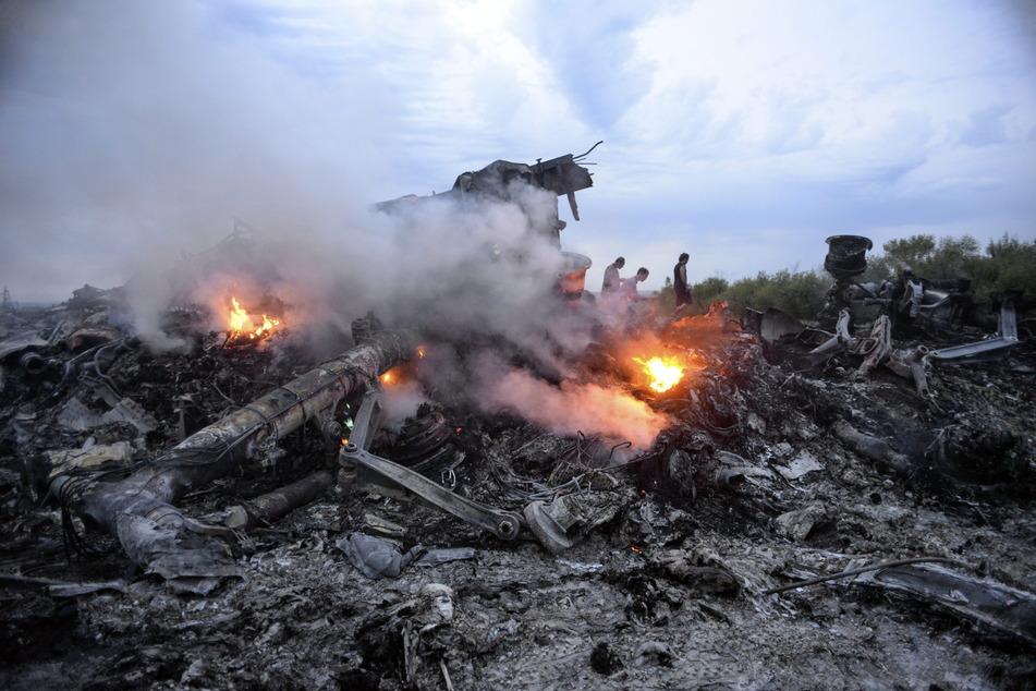 Brennende Trümmer der abgeschossenen Boeing 777 der Malaysia Airlines liegen nahe Donezk in der östlichen Ukraine.