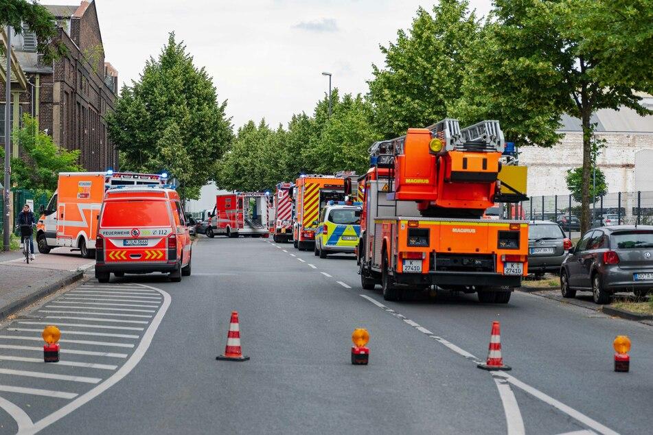 Die Kölner Feuerwehr, Rettungssanitäter und die Polizei am Unfallort.