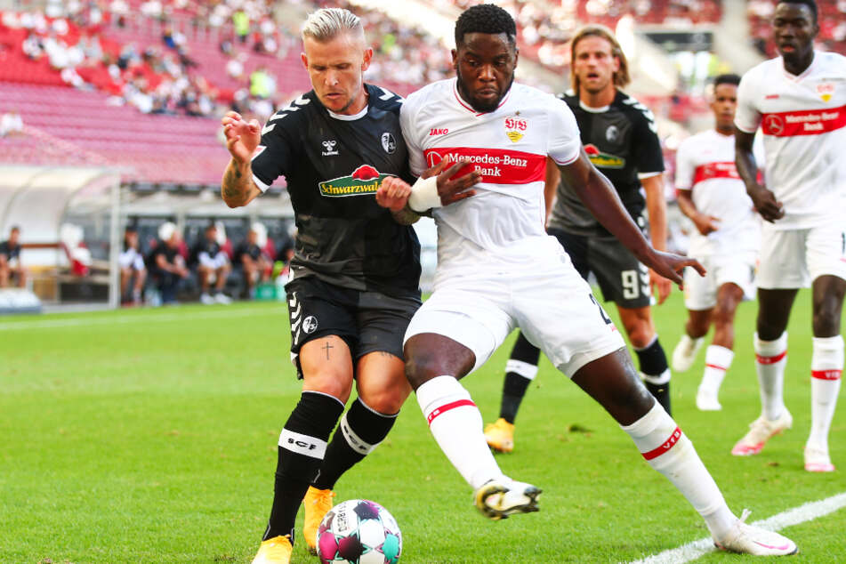 Freiburgs Jonathan Schmid (l.) in Aktion gegen Stuttgarts Orel Mangala. Dahinter sieht unter anderem VfB-Stürmer Silas Wamangituka zu.