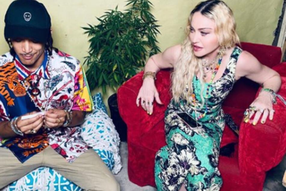 Freund Ahlamalik Williams (26) dreht schon mal vor, während Madonna (62) ihm interessiert dabei zusieht.