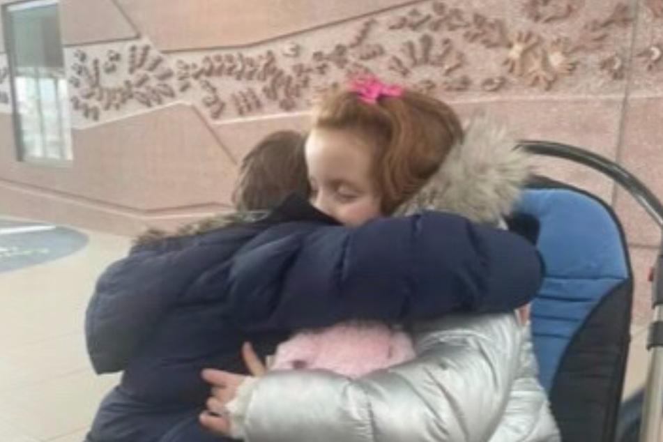Claudia und Robin umarmen sich innig. Nicht einmal der Tod kann diese Geschwisterliebe trennen.