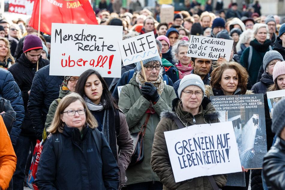 Teilnehmer halten auf einer Solidaritätsdemonstration Anfang März verschiedene Schilder. (Archivbild)