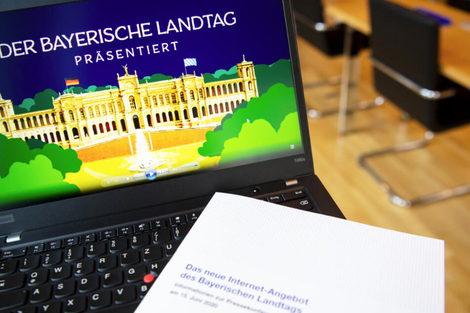 """Während einer Pressekonferenz zu dem Relaunch der Website wird auf einem Laptop die Aufschrift """"Der Bayerische Landtag präsentiert"""" gezeigt."""