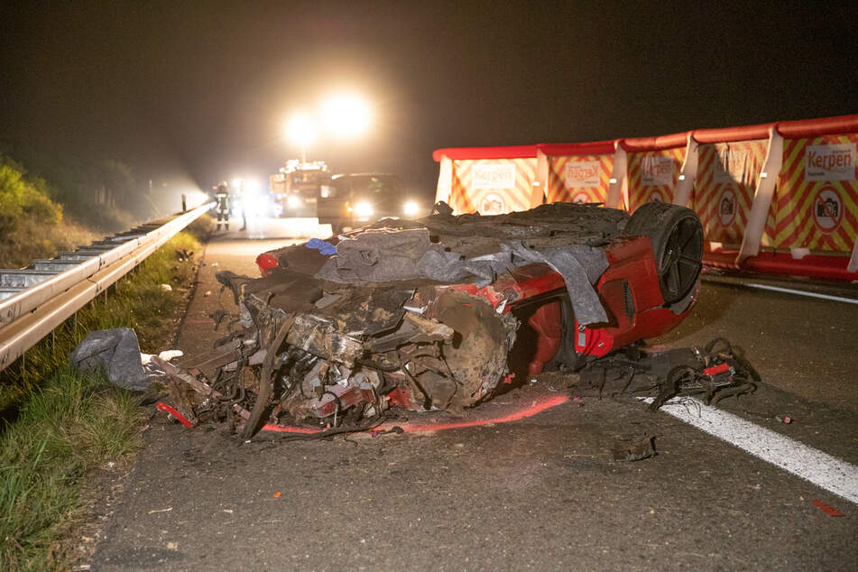 Fahrer (†) überschlägt sich mehrfach mit Audi R8 bei Unfall auf A4