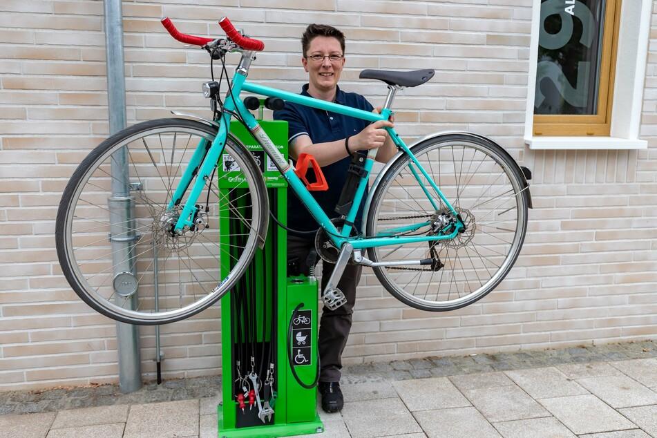 Jaqueline Drechsler (44) an der Fahrrad-Reparaturstation auf dem Brühl.