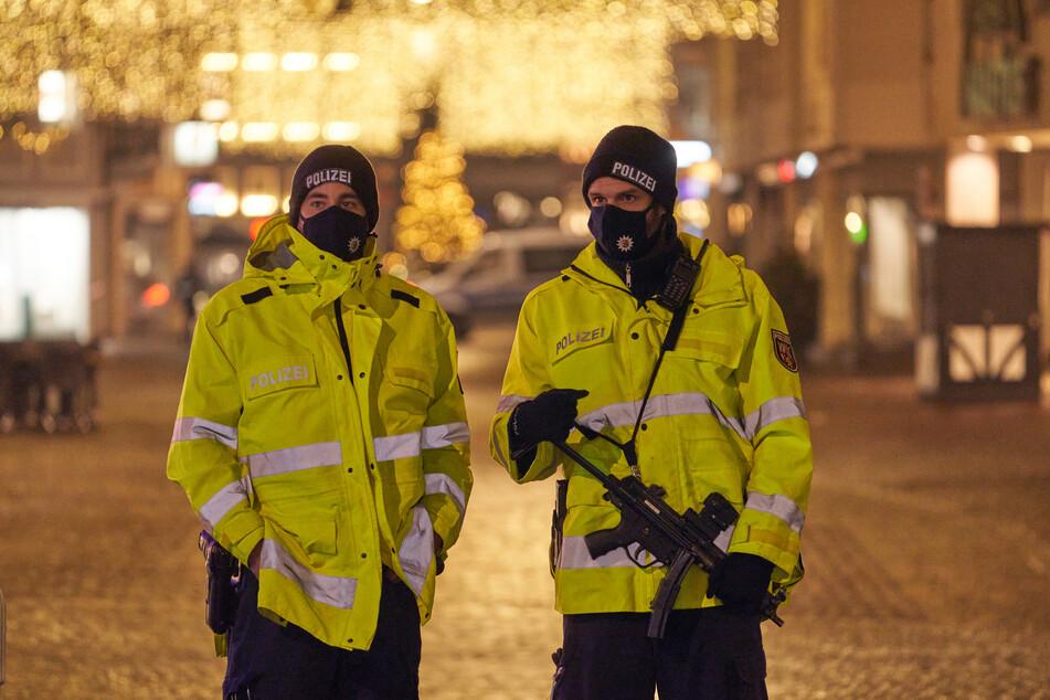 Polizisten sichern am Dienstagabend die Innenstadt von Trier.