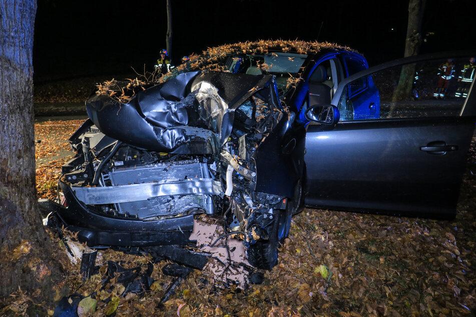 Crash im Erzgebirge: Opel knallt gegen Baum, Fahrer schwer verletzt