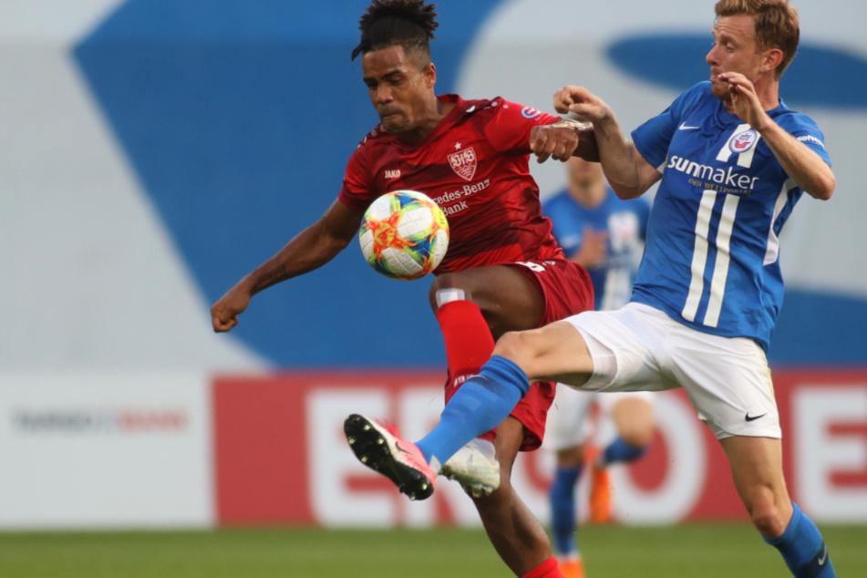 Im vergangenen Jahr: Rostocks Maximiliam Ahlschwede (r,30) kämpft mit Stuttgarts Daniel Didavi (l,30) um den Ball.