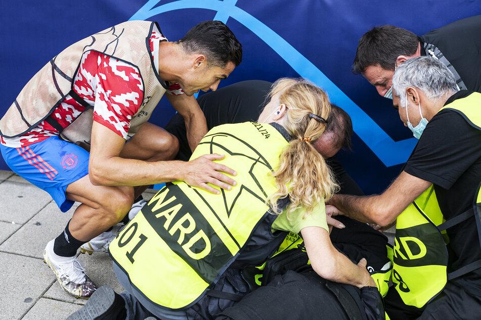 Ronaldo (l.) kümmert sich mit weiteren Ordnern um die verletzte Sicherheitskraft.