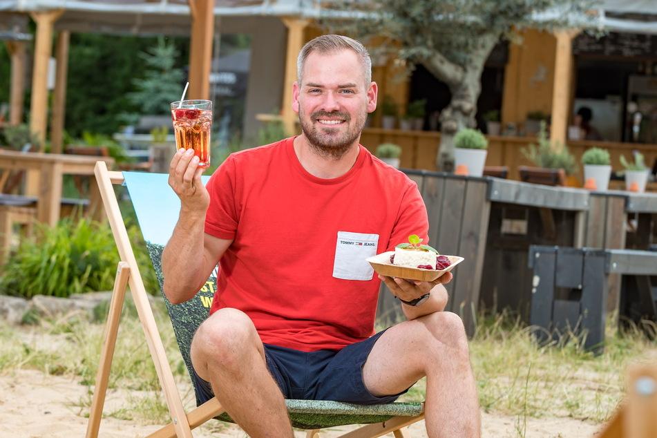 Nico Krüger (34) macht es sich im Liegestuhl mit kaltem Milchreis und einem Glas Aperol Sprizz gemütlich.